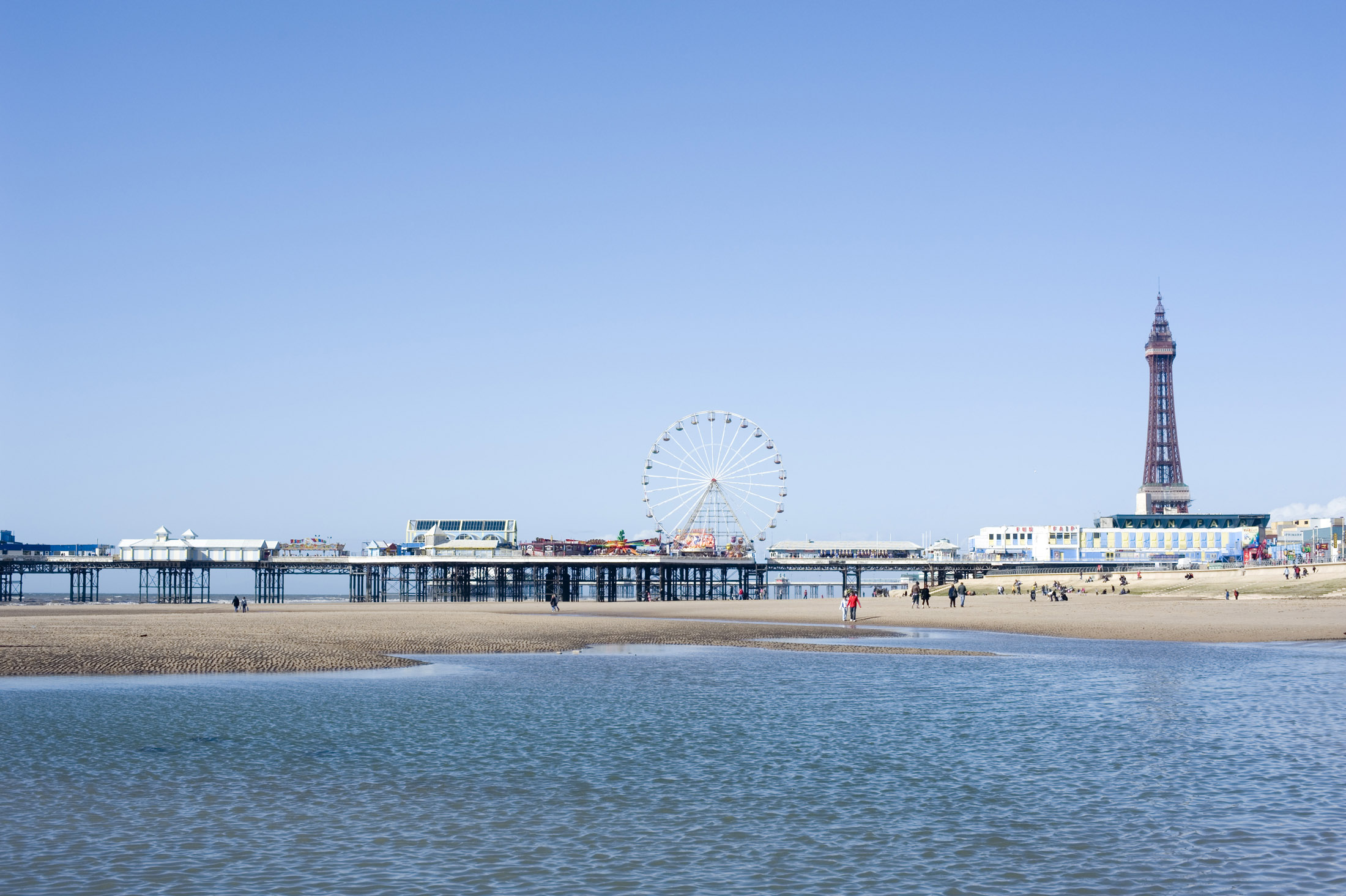 blackpools central pier with ferris wheel