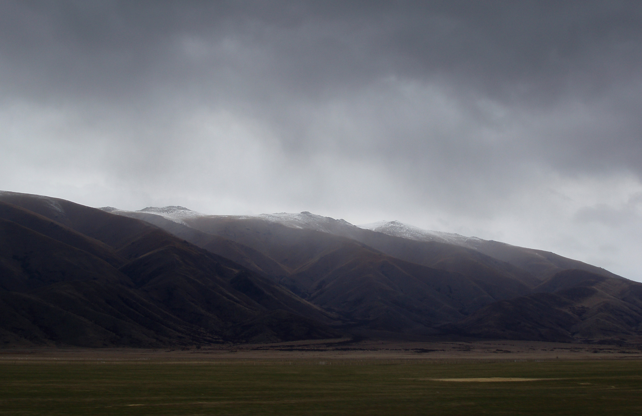 a dark stormy day in the mountains between tekapo and queenstown